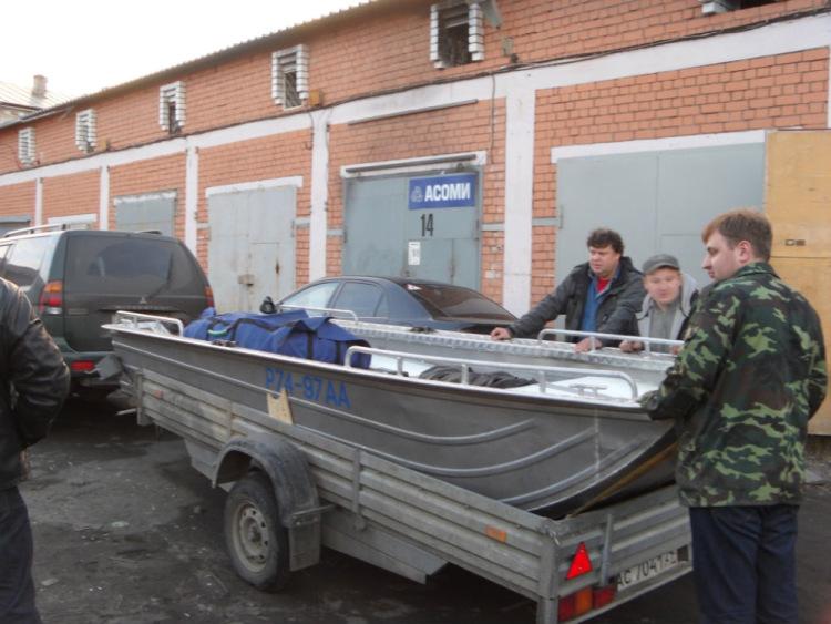 перевозка алюминиевой лодки на прицепе