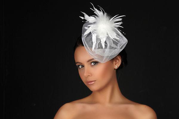 Прически со шляпкой в виде цветка