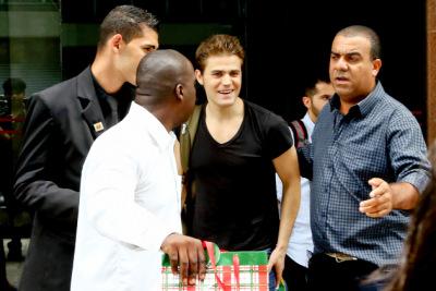 Пол покидает отель в Рио [21 декабря]