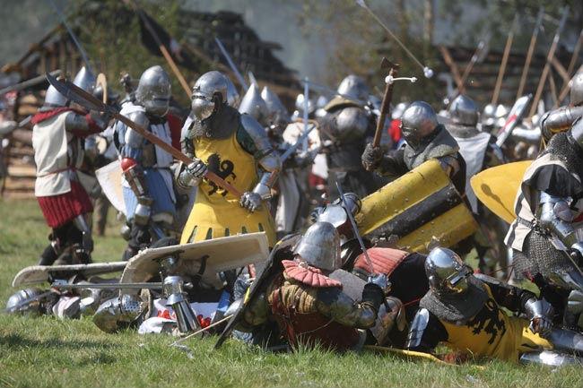 ...реконструкцию битвы под Грюнвальдом, отмечая таким образом годовщину сражения - поворотного в истории страны.